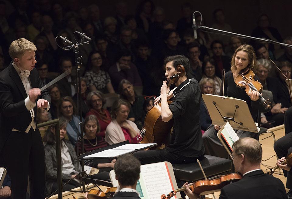 1. Preisträger Salauat Karibayev begleitet vom Luzerner Sinfonieorchester unter der Leitung von Patrick Hahn