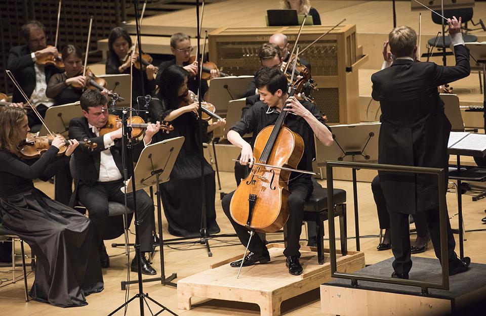 1. Preisträger Salauat Karibayev debütiert mit dem Cellokonzert Nr. 1 in Es-Dur Op. 107 von D. Schostakowitsch
