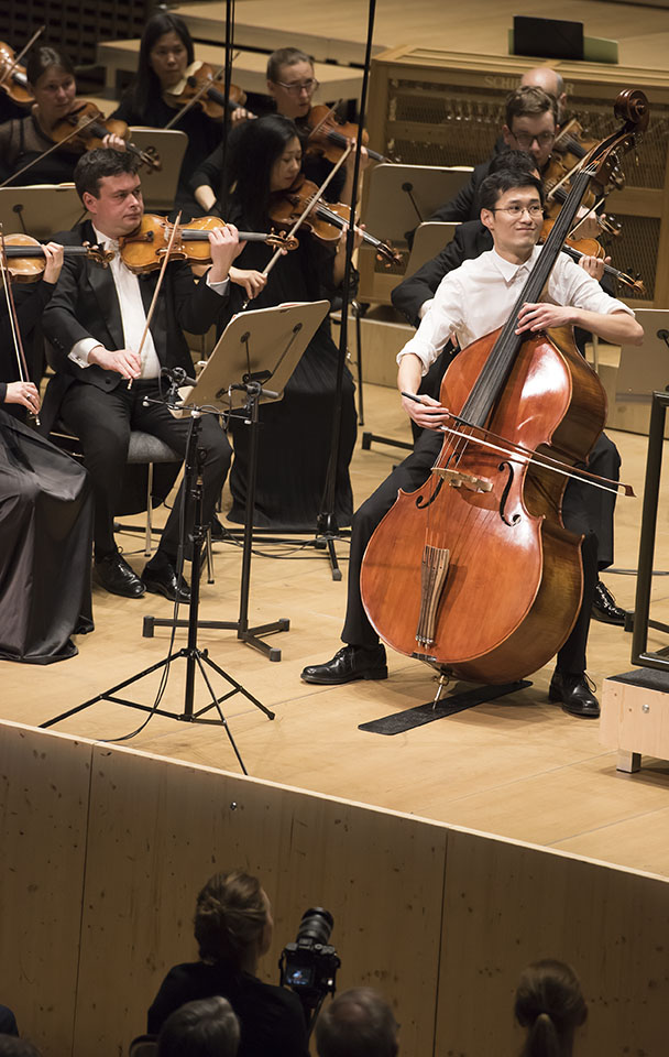 1. Preisträger Zhixiong Liu begleitet vom Luzerner Sinfonieorchester unter der Leitung von Patrick Hahn