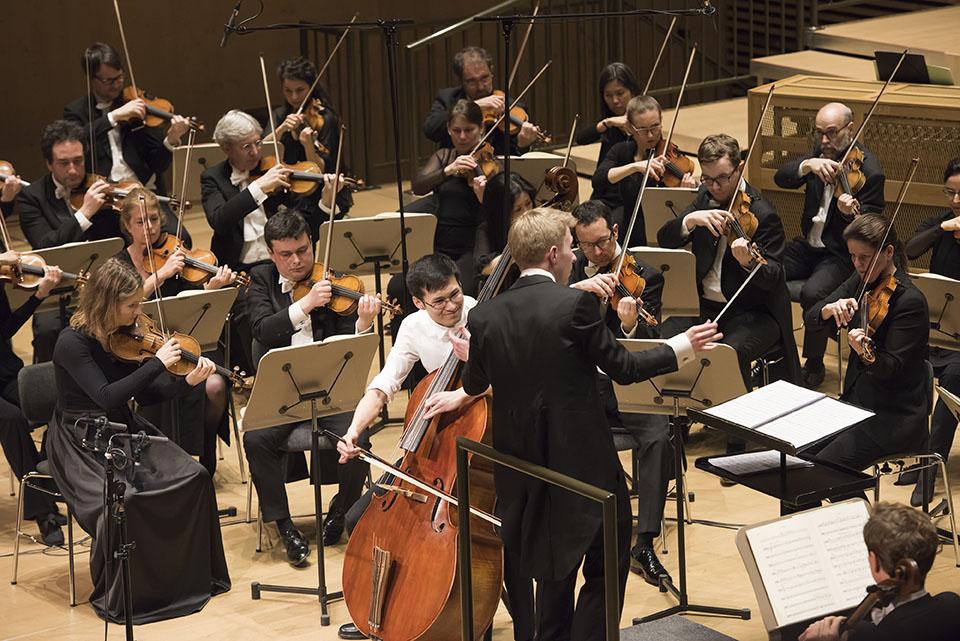 1. Preisträger Zhixiong Liu spielt das Divertimento Concertante für Kontrabass und Orchester von Nino Rota