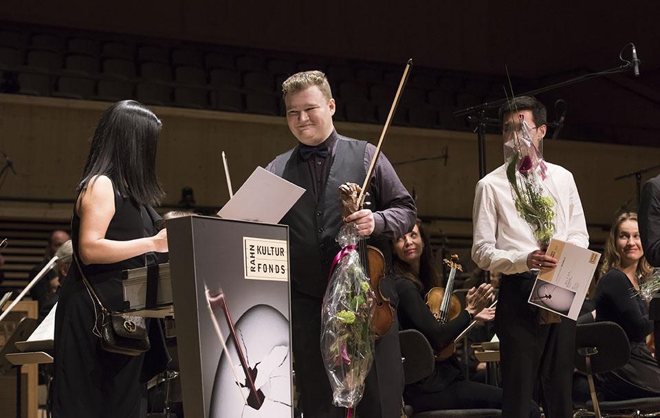 Preisübergabe - Ana P. Rahn Erden übergibt 1. Preisträger Vasyl Zatsikha die Urkunde