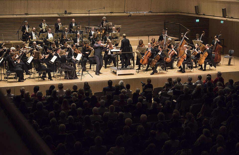 First prize winner Vasyl Zatsikha accompanied by the Luzerner Sinfonieorchester, conducted by Patrick Hahn