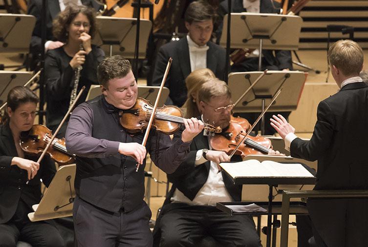 1. Preisträger Vasyl Zatsikha spielt das Violinkonzert in D-Dur Op.35 von P.I. Tschaikowsky